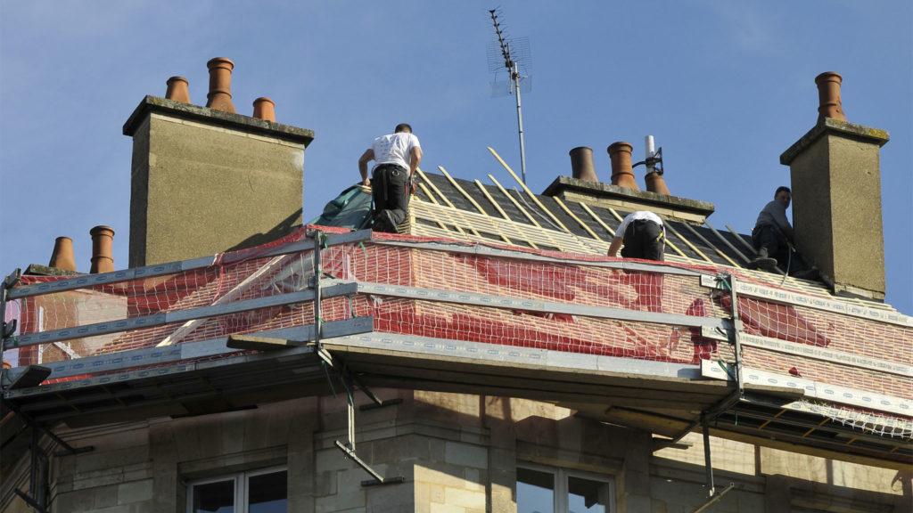 Wir sanieren Ihr Dach - Dachdecker beim Neueindecken eines Hausdaches