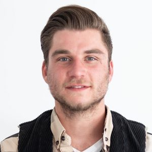 Inhaber Sven Kraus - Portrait des Dachdeckers in Zunftkleidung